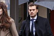 Dakota Johnson a Jamie Dornan vo filme Päťdesiat odtieňov temnoty.