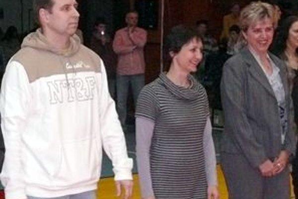 Mária Kraková (v strede) prebrala v stredu za syna ocenenie od mesta Handlová, ktoré zaradilo Jakuba Krako madzi najúspešnešjších športovcov mesta za rok 2009.