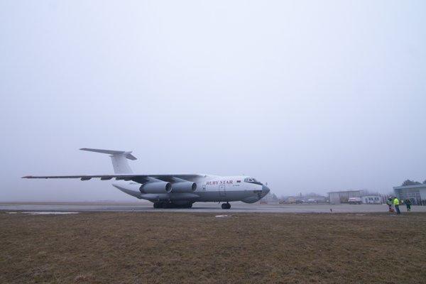 Lietadlo Iľjušin Il-76, ktoré vo štvrtok pristálo na piešťanskom letisku.
