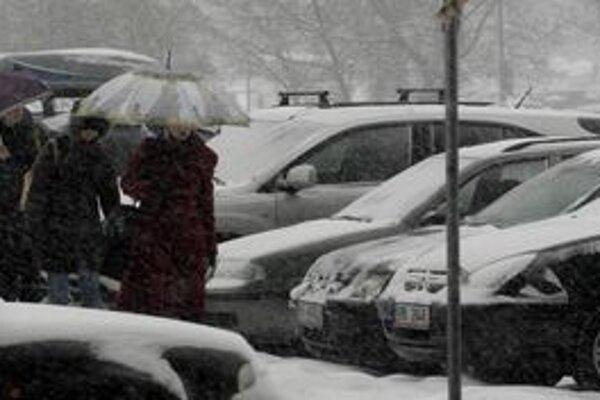 Takmer na celom Slovensku vytrvalo sneží.