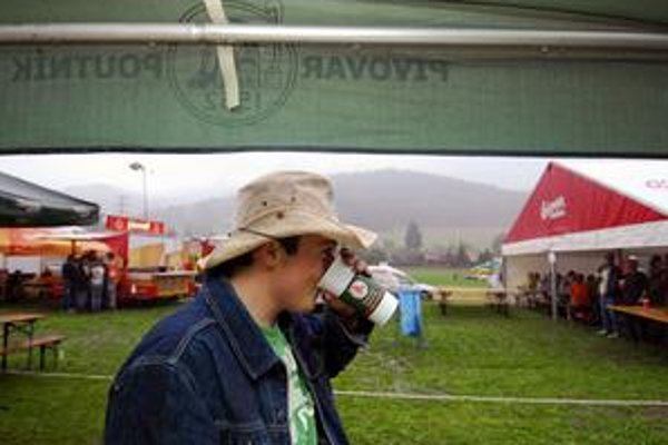 Alkohol má zmiznúť z reklám. Pivu, hlavnému partnerovi letných festivalov, zatiaľ zákaz nehrozí.