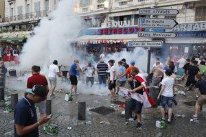 Ruskí chuligáni vlani v Marseille napadli britských fanúšikov a zdemolovali niekoľko podnikov.