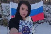 Na snímke zo sociálnej siete je Ružomberčanka Sheila Sz. V ruke drží knihu, ktorú označila za Korán a následne pomočila a podpálila.