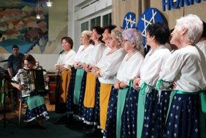 Vrbanka, domáca folklórna skupina z Pravenca počas vystúpenia.