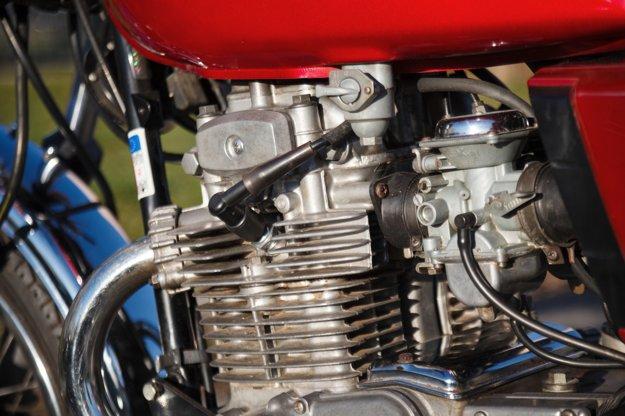 Dušou stroja je vzduchom chladený radový dvojvalec.