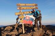 Na Kilimandžáre. Aj so slovenskou vlajkou.