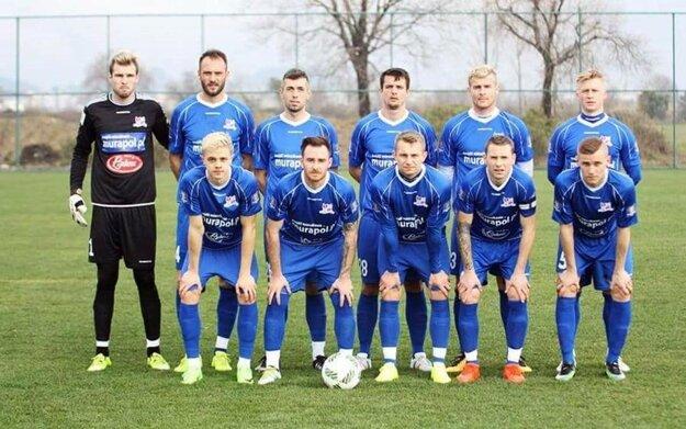V hornom rade druhý zľava Jozef Piaček, odchovanec FC ViOn, štvrtý zľava Ľuboš Kolár.