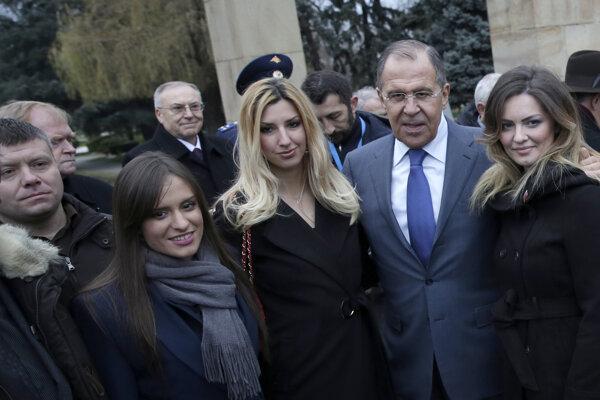 Šéf ruskej diplomacie Lavrov s členmi ultrapravicovej čiernohorskej strany.