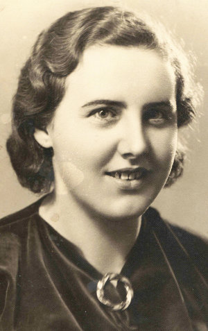 Maturitná fotografia Etely Kocianovej (1937).