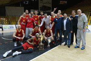 Basketbalisti KB Košice dosiahli na trofej. Radosť mal aj prezident klubu František Sabol (štvrtý sprava).