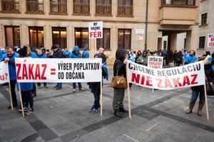 Na rokovanie mestského zastupiteľstva o zákaze hazardu prišli desiatky protestujúcich - za aj proti.