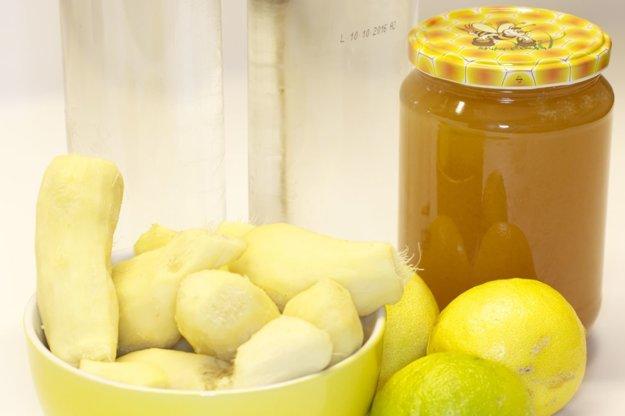 Na prípravu zázvorovice potrebujete zázvor, citróny, med a vodku.