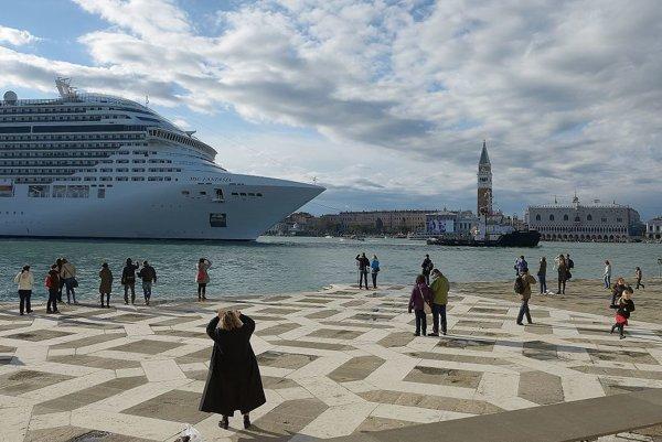 Benátky ohrozujú aj veľké lode, miestni bránia ich príchodu.