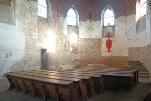 Interiér kostola Cirkvi československej husitskej v Liptovskej Osade.