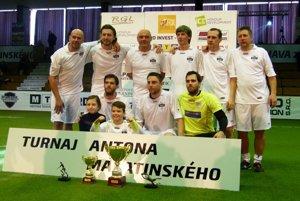 Old boys FC Nitra sa tešili z celkového prvenstva. Pikantériou je, že v tíme hral Jaroslav Kostoláni po boku svojich dvoch synov Mareka a Petra.