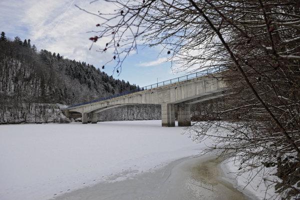 Pontónový most popri uzavretom na Ružíne vojaci nepostavia.