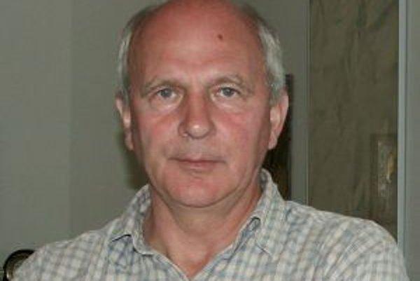 Narodil sa v roku 1947 v Nitre. Vyštudoval matematiku na Prírodovedeckej fakulte Univerzity Komenského v Bratislave. Po škole pracoval v Ústave technickej kybernetiky Slovenskej Akadémie vied, neskôr sa dobrovoľne zamestnal ako robotník. Za socializmu bol
