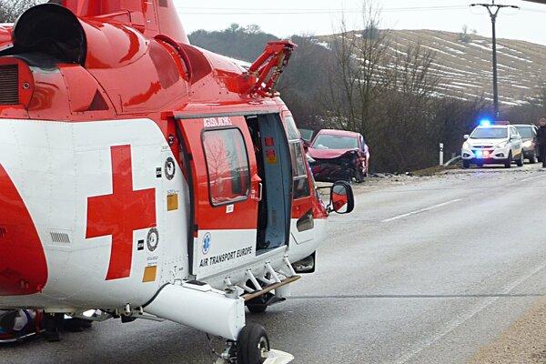 Posádka Vrtuľníkovej záchrannej zdravotnej služby zasahovala dnes dopoludnia na ceste medzi Myjavou a Starou Turou. Pri dopravnej nehode tam utrpel ťažké zranenia 35-ročný vodič osobného automobilu. Vodič upadol po zrážke dvoch automobilov do bezvedomia a utrpel poranenia na viacerých častiach tela.