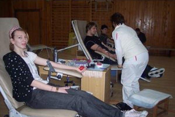 Aj študentov Darinu a Romana oslovila Valentínska kvapka krvi.