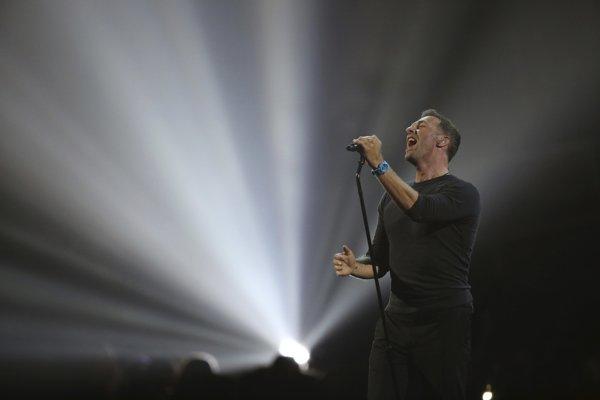 Chris Martin zo skupiny Coldplay spieva pieseň od Georga Michaela A Different Corner.