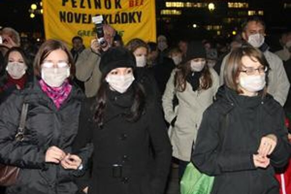 Pred Úradom vlády opäť demonštrovali aktivisti proti pezinskej skládke.