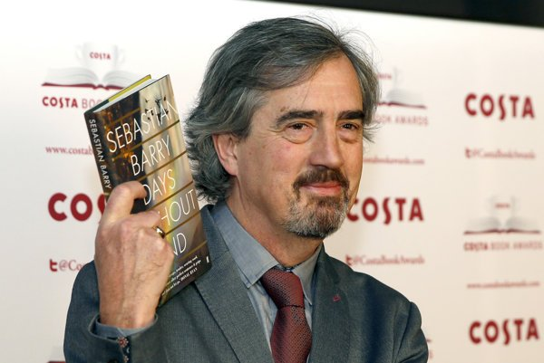Sebastian Barry si prebral cenu Costa Awards za svoju knihu Days Without End.