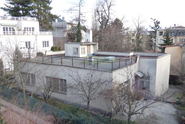 V chátrajúcej vile na Maróthyho ulici sa mestská časť Staré Mesto stará o o seniorov a invalidov.
