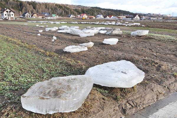 Obrovské ľadové kryhy pokryli polia ako biele cukríky.