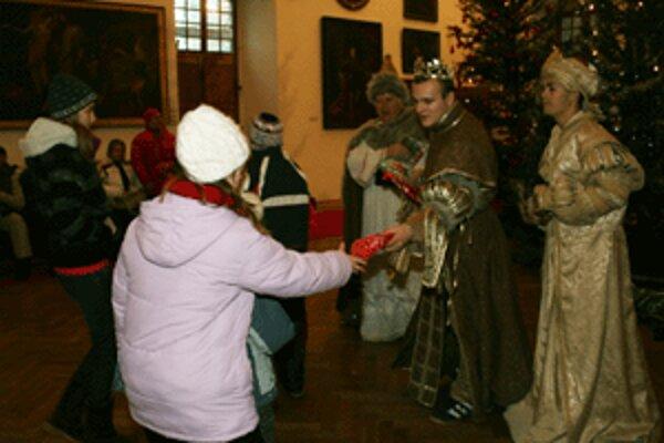 Mikuláša, anjela a čerta vystriedali na Bojnickom zámku Traja králi.