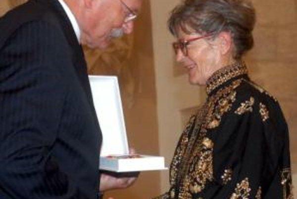 Ľudmila Cvengrošová preberá z rúk prezidenta SR Ivana Gašparoviča Rad Ľudovíta Štúra II. triedy za významné zásluhy v oblasti výtvarného umenia