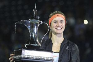 Jelina Svitolinová pózuje s víťaznou trofejou.