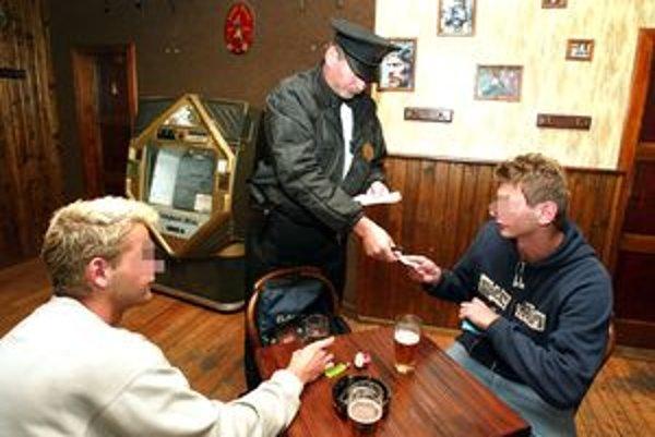 Policajti sa na mládež s alkoholom zameriavajú stále častejšie.