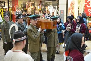 Folklórny súbor Vargovčan z Hanušoviec nad Topľou počas pochovávania basy a rozlúčky s fašiangovým obdobím.