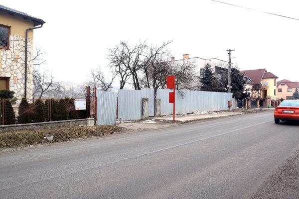Ulica K majeru v Krásnej. Starý úrad zrovnali so zemou, mestský pozemok za plotom je čistý, čaká na výstavbu.