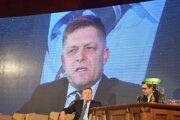 Predseda Smeru a vlády. O dobrú náladu sa staral aj moderátor, herec Peter Kočiš.