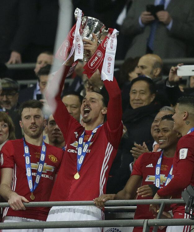 Hrdina zápasu Zlatan Ibrahimovič sa teší z víťaznej trofeje.