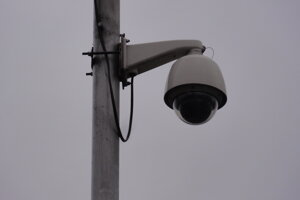 Kamera na stĺpe pouličného osvetlenia pri mestskej tržnici.
