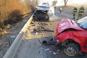 Vážnu nehodu neprežil vodič Škodovky.
