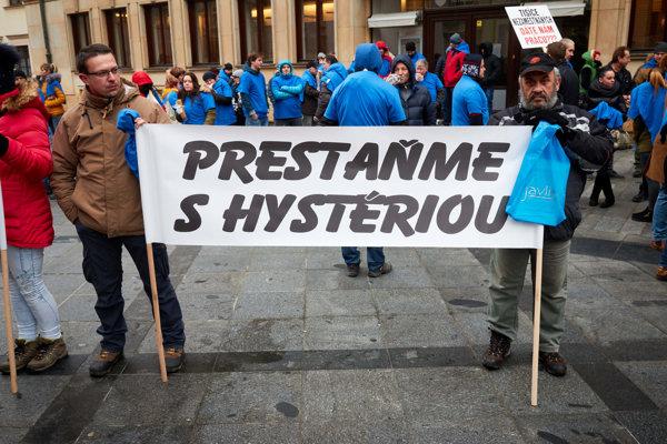 Protestujúci počas rokovania o zákaze hazardu v Bratislave.