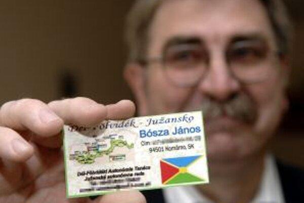 János Bósza ukazuje svoju vizitku na ustanovujúcom zhromaždení Južanskej autonómnej rady.
