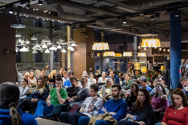 Publikum diskusie o raste extrémizmu.