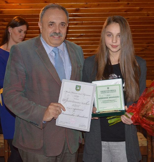 Najlepšia športovkyňa Krásna nad Kysucou s primátorom Jozefom Grapom.