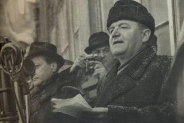 Predseda komunistickej vlády Klement Gottwald reční na pražskom Staromestskom námestí.