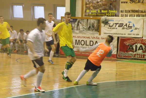 Záber zo stretnutia víťazných Levíc (v žltom) proti Komárno, ktorý sa skončil výsledkom 4:1 pre Levice.