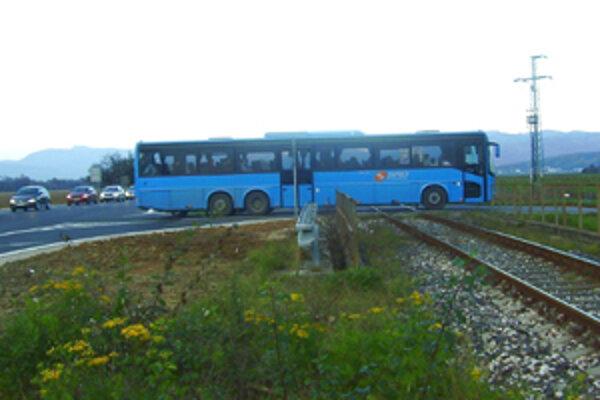 Na železničnom priecestí v prievidzskej časti Necpaly majú dlhšie autobusy problém.
