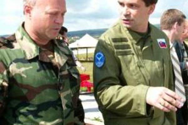 Ľubomír Bulík a minister Kašický na Leteckej vojenskej základni v Sliači.