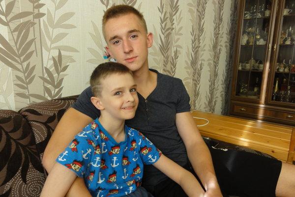Martinko Kupec (11) so svojím bratom Šimonom (16).