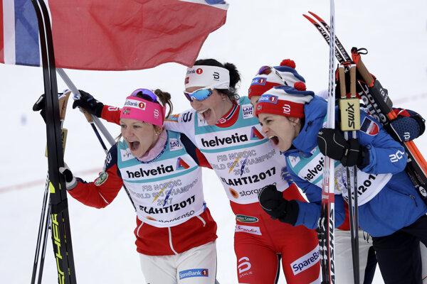 Nórske bežkyne na lyžiach sa radujú z triumfu.
