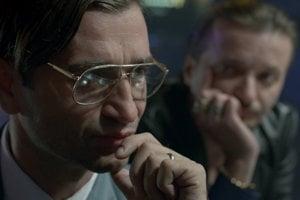 Milan Ondrík vo filme Únos, v pozadí Daniel Heriban. Jeden hrá postavu pripomínajúcu Ivana Lexu, druhý mafiána Miroslava Sykoru.