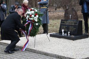 Minister obrany Peter Gajdoš kladie veniec pri pamätníku obetiam výbuchu v Novákoch.